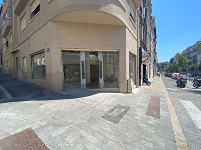 COURS LIEUTAUD /MURS A VENDRE / LOCAL D'ANGLE 3 VITRINES / 13006 MARSEILLE